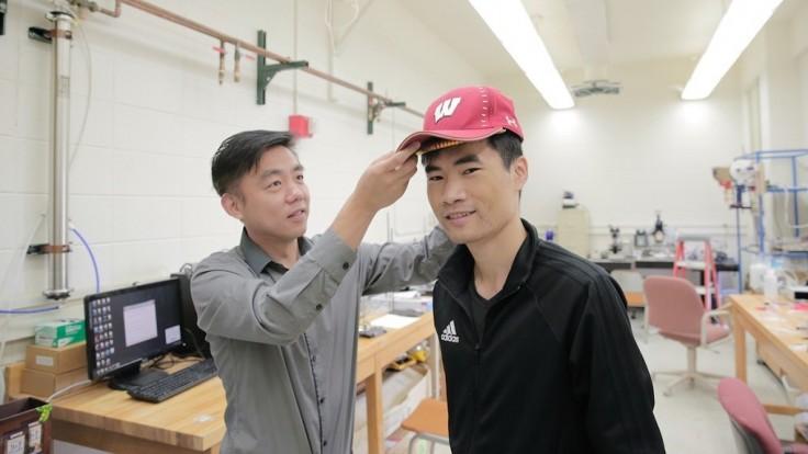 Zariadenie stimulujúce rast vlasov sa zmestí pod bejzbalovú čiapku