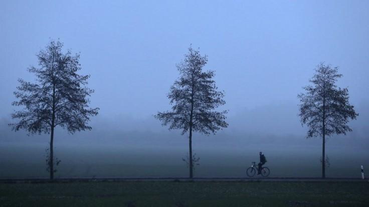 Dajte si pozor. Slovenské cesty ráno zahalí hmla, varuje SHMÚ