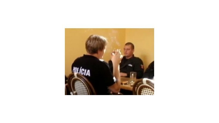 Policajt, ktorý fajčil v reštaurácii, bude disiplinárne potrestaný