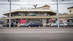 Bezplatné parkovisko prináša problémy, vytvára dopravný kolaps