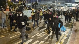 Pripomenuli si výročie protestov, polícia však použila vodné delá