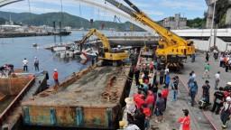 Most nad zálivom sa po tajfúne zrútil na člny, po obetiach pátrajú