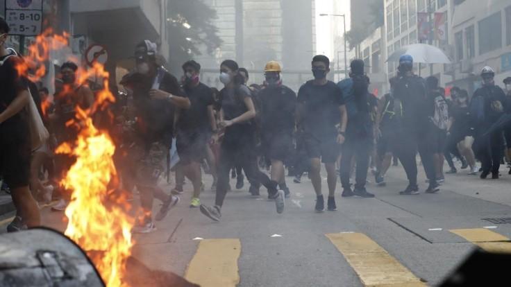 V Hongkongu eskaluje napätie, policajt strelil demonštranta do hrude