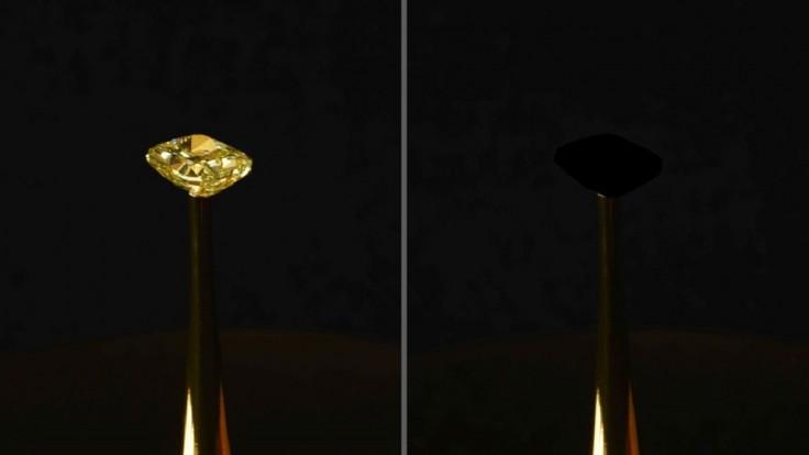 Najčernejší materiál na svete pohltil diamant do svojej prázdnoty