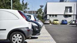 Petržalka spustila elektronickú registráciu, miestni môžu parkovať zadarmo