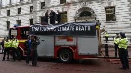 Aktivisti postriekali ministerstvo, aby upozornili na klimatické problémy