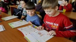 Rodičia prváčikov dostanú tento mesiac príspevok na školské potreby