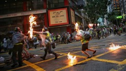Ignorovali zákaz a vyšli do ulíc. V Hongkongu vypuklo násilie