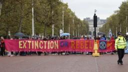 Zatýkanie i blokovanie ulíc. Po celom svete bojujú za záchranu klímy