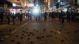 Hongkong uvažuje o zapojení armády, Trump žiada humánnosť