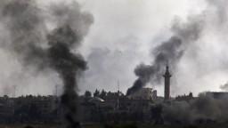 Počuť výbuchy, hlásia reportéri. Zo Sýrie ušli už desaťtisíce ľudí