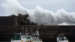 K Japonsku sa blíži silný tajfún, zrušili vlakové a letecké spoje