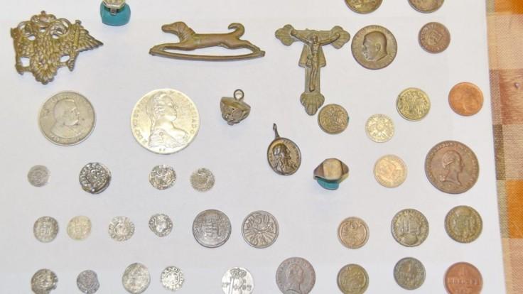 Lovcovi pokladov zo Serede zaistili celú zbierku, hrozí mu väzenie