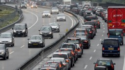 Dopravu v piatok skomplikovala nehoda na D1 i rozsypané palety