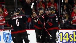 NHL: Carolina zažíva najlepší vstup do sezóny, darí sa aj Sabres