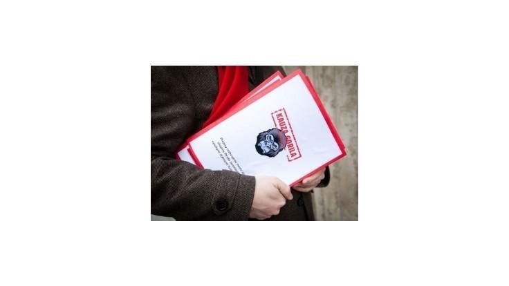Nicholsonova kniha Gorila je po ťažkostiach so súdmi v predaji