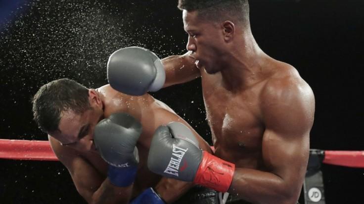 Extrémne tvrdý zápas. Boxer po knokaute bojuje o život