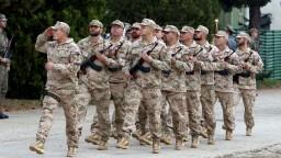 Vojakom porastú platy, parlament schválil novelu zákona