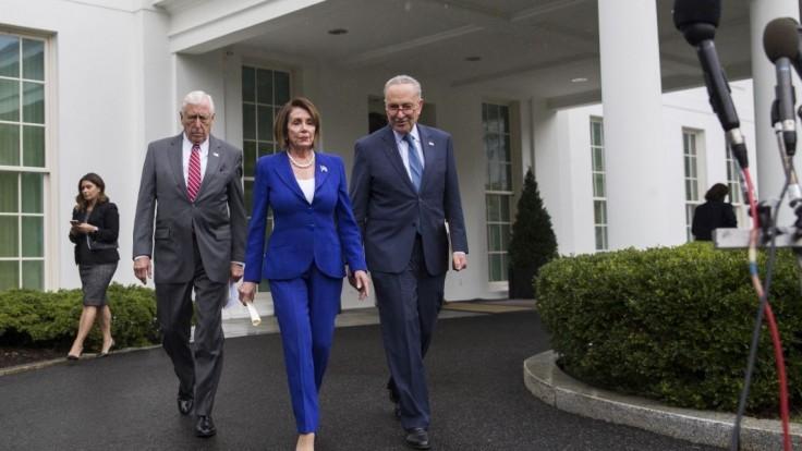Snemovňa nesúhlasí so stiahnutím vojsk. Trump lídrov dourážal