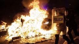 Horiace autá i násilie. Nočná Barcelona sa zmenila na bojisko