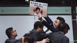 Aktivistu zbili kladivami, problém mala v parlamente i správkyňa