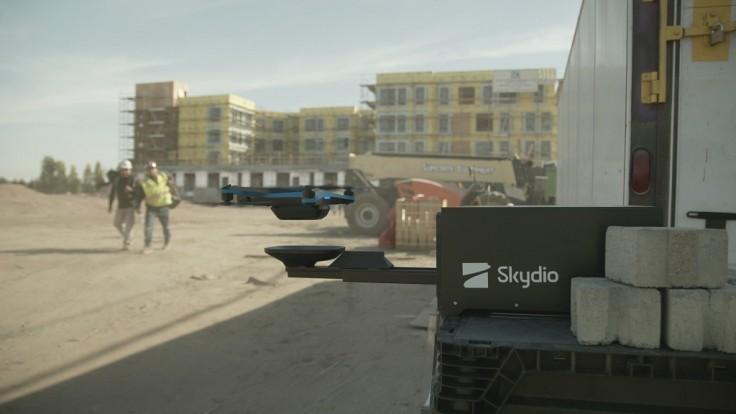 Drony Skydio 2 sa samé nabijú v prenosnej dokovacej stanici