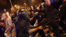 Katalánsko ovládol chaos, pokojné protesty prerástli do násilia