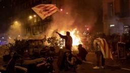 Protesty sa vyostrujú, vzduchom lietali dlažobné kocky aj zápalné fľaše