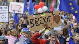 Britskí poslanci schválili nečakaný dodatok, zrejme posunie brexit