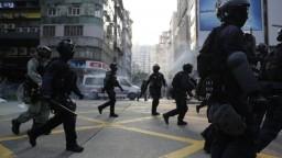V Hongkongu boli ľudia opäť v uliciach, polícia zasiahla vodnými delami