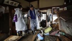 Japonci po tajfúne spojili svoje sily, v oblasti vznikajú skládky vecí