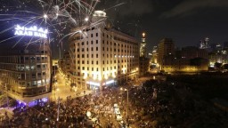 Po protestoch odstúpili viacerí ministri, ulice žiadajú pád vlády