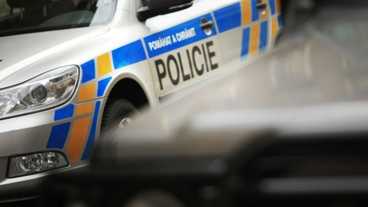 Policajtov pri prehliadke zamkol v byte a ušiel. Po mužovi pátrajú