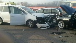 Dopravu na považskom úseku D1 paralyzovala nehoda troch vozidiel