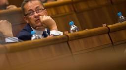 Opozícia protestovala, keď Glváč predsedal schôdzi parlamentu