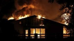 Plamene sa k blížia k domom. Kalifornia evakuuje desaťtisíce ľudí