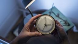 Pozor, v noci sa mení čas na zimný. Ako zvládnuť zmenu?