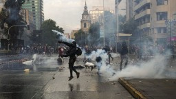Do ulíc vyšli masy ľudí, parlament v Čile museli evakuovať