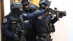 Pochytali takáčovcov, polícia zverejnila zábery veľkého zásahu