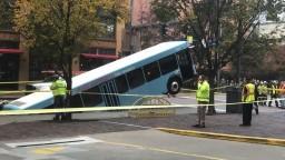Hororová jazda MHD. Časť autobusu sa prepadla pod zem