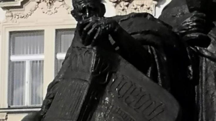Mladý turista zneuctil sochu Jana Husa, usvedčili ho kamery