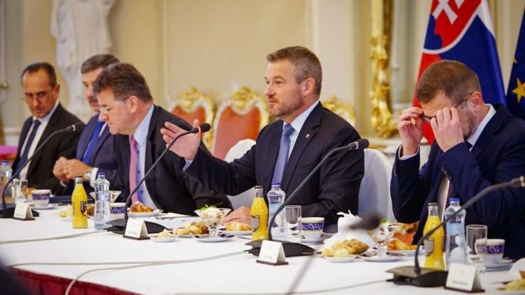 Premiér prijal veľvyslancov, kritizoval predĺženie moratória