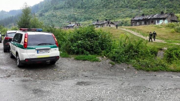 Policajtov vyslali vyriešiť konflikt v osade, museli sa brániť