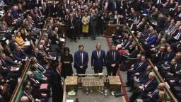 V Británii sa budú konať predčasné voľby, rozhodli poslanci