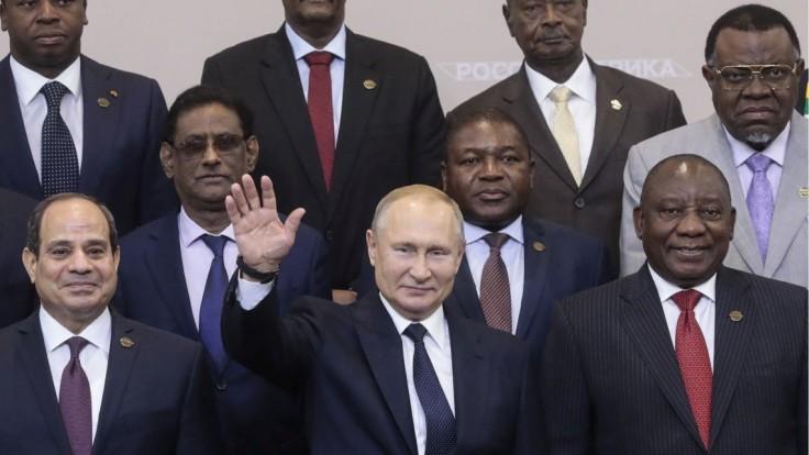Čo má Rusko s Afrikou? Kalašnikov sa tam dostal aj na vlajky