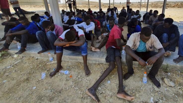 Stovky migrantov ušli k budove OSN, mali im odopierať jedlo