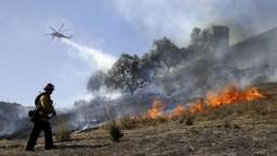 Kalifornia bojuje s požiarmi, horí aj neďaleko Los Angeles