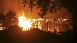 Plamene pohltili najmenej 190 domov, požiare v Kalifornii pokračujú
