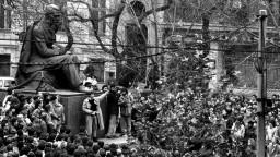 Od Nežnej revolúcie prešlo 30 rokov. Ako ju hodnotia Česi a Slováci?