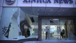 Demonštranti pritvrdili, poškodili budovu tlačovej agentúry